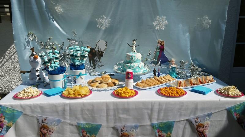 Mesa decorada con temática Frozen
