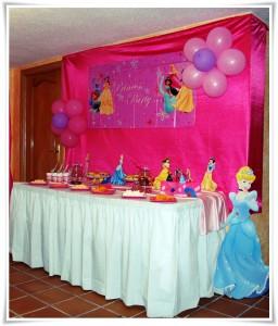 Mesa decorada con temática Princesas