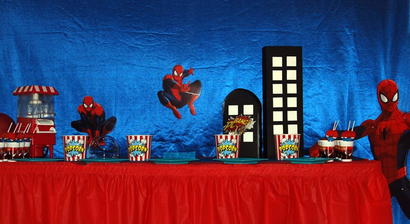 Mesa decorada con temática Spiderman
