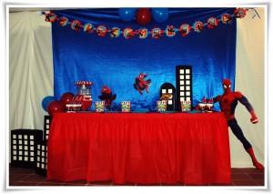 Mesa decorada con temática Superhéroes